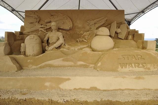 「スター・ウォーズ」砂像が鳥取に完成!新デザインのストームトルーパーが視察