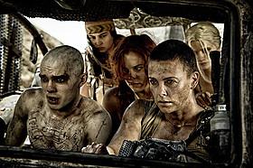 シャーリーズ・セロン演じる女戦士フュリオサ(右)「マッドマックス」