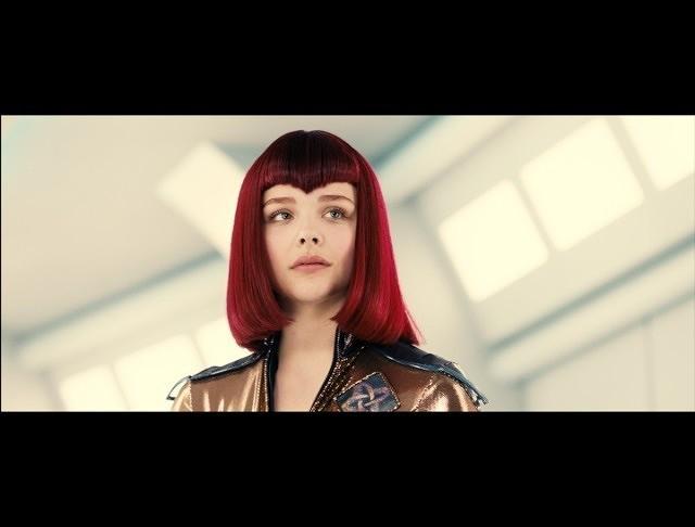クロエ・グレース・モレッツ、妖しい魅力全開の赤毛ミュータントに変身!
