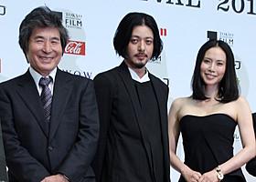 公式会見に臨んだ(左から) 小栗康平監督、オダギリジョー、中谷美紀「FOUJITA」