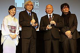 登壇した(左から)吉永小百合、 山田洋次監督、ジョン・ウー監督、大友啓史監督「母と暮せば」
