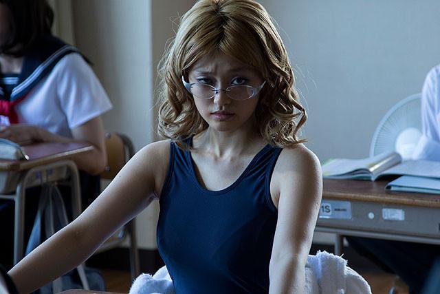 「血まみれスケバンチェーンソー」宿敵ネロ役に山地まり 金髪・スクール水着で熱演