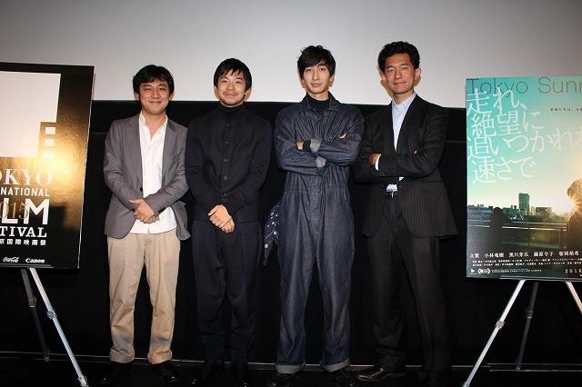 中川龍太郎監督の自伝映画で役者魂 を見せた太賀(左から2人目)