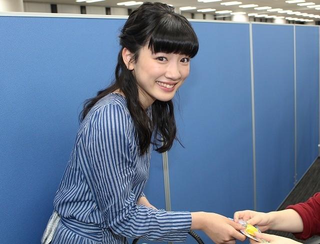 「俺物語!!」永野芽郁、映画.comを訪問!編集スタッフにマカロン手渡し