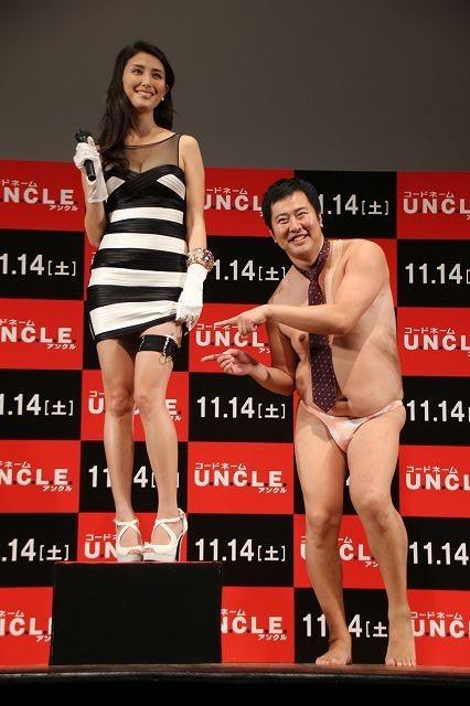 とにかく明るい安村&橋本マナミ、「コードネーム U.N.C.L.E.」セクシーシーンを再現!