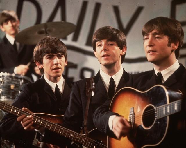 約50年ぶりに発見された故ジョン・レノンさんのギターが3億円で落札!