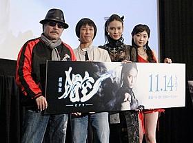 スタントマンも顔負けの腹筋を 披露した秋元才加(右から2人目)「劇場版 媚空 ビクウ」