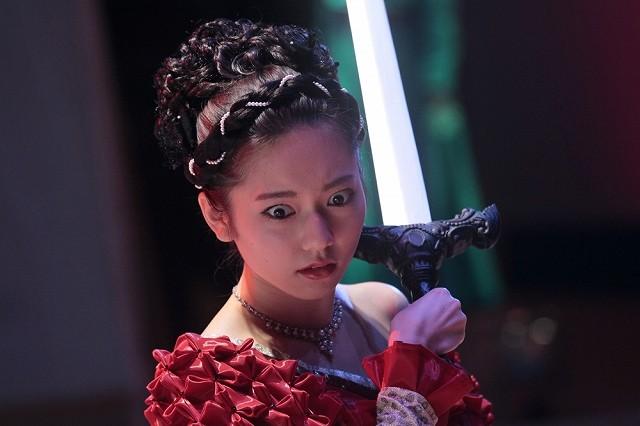 ぱるる、剣を振りかざし驚がく…!「劇場霊」劇中カット独占入手