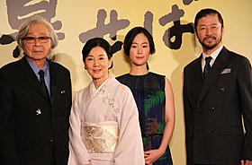 舞台挨拶に立った(左から)山田洋次監督、 吉永小百合、黒木華、浅野忠信「母と暮せば」
