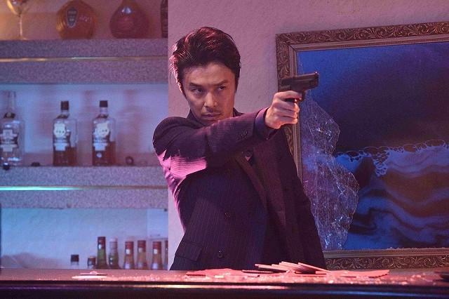 長谷川博己、鬼気迫る表情で拳銃構える「セーラー服と機関銃」劇中カット披露!