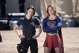 スーパーガール役のメリッサ・ブノワと姉役のカイラ・リー「スーパーガール」