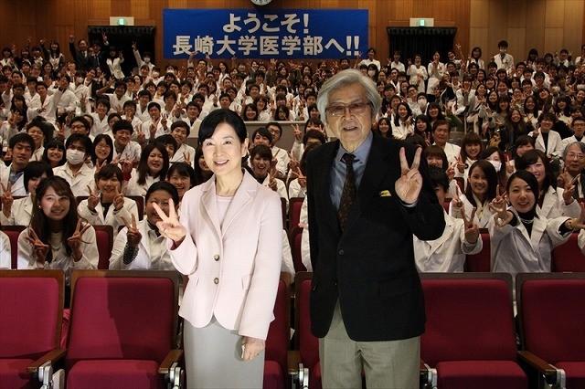 吉永小百合&二宮和也、「母と暮せば」ロケ地長崎に凱旋!サプライズ登場にファン歓喜