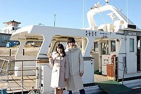 粟島へのフェリーの前で寄り添う土屋太鳳&山崎賢人「orange オレンジ」