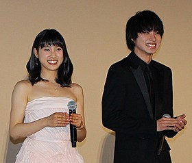 舞台挨拶に立った土屋太鳳(左)と山崎賢人「orange オレンジ」