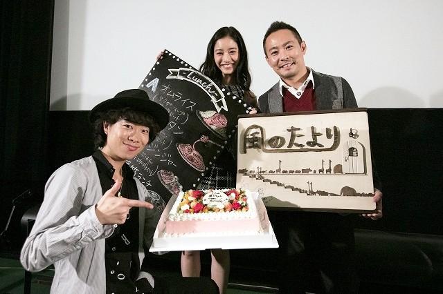 新木優子、バースデーサプライズに満面の笑み!初主演映画が仙台でプレミア上映