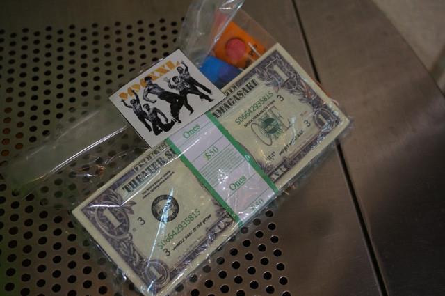 当日配布されたサンサン1ドル札とクラッカー4個のセットパッケージ。「マジック・マイクXXL」