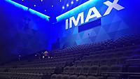 天井高が高く、SF映画のセットにも見える客席。