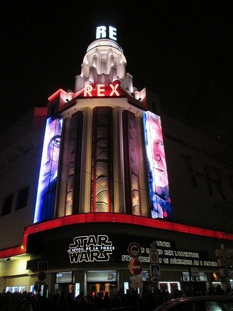 「スター・ウォーズ」世界最速公開のフランス、テロ警戒中でも大行列