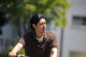 主人公・白岩義男(オダギリジョー)をとらえた一場面「オーバー・フェンス」
