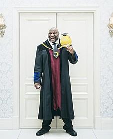 暗殺界の大物マスター・Bに扮するボブ・サップ「暗殺教室 卒業編」