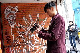 自ら一人称視点の映像を撮影する松田翔太「私の男」