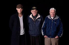 撮影現場を訪問した当時の沿岸警備員たち(写真右から2人)「ザ・ブリザード」