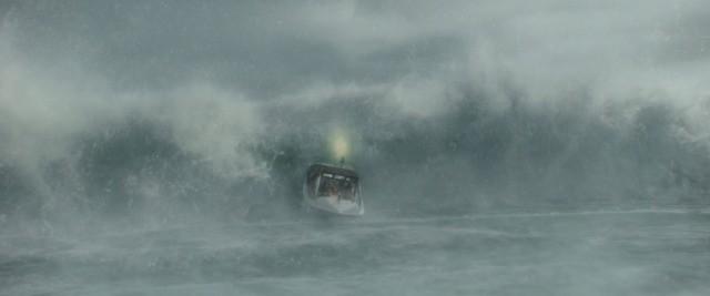大波に飲まれるまであと5秒!沿岸警備隊員の運命は?「ザ・ブリザード」本編映像独占入手