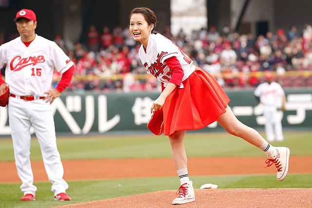"""""""サウスポー""""前田敦子、カープカラーのミニスカで初の単独始球式"""