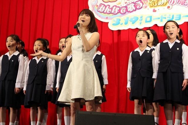 新妻聖子の歌声に喝さい!子ども合唱団と「プリキュア」挿入歌熱唱