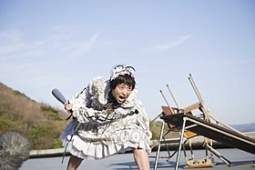 メイドコスの森川葵がバットを振りかざす!「ドロメ 女子篇」
