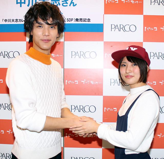 中川大志、カレンダー発売記念握手会に1000人 抱く「大志」はちっちゃく「海外に行きたい」
