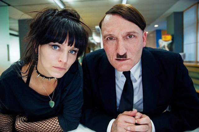 ヒトラーが現代でモノマネ芸人に!? 問題作「帰ってきたヒトラー」予告完成