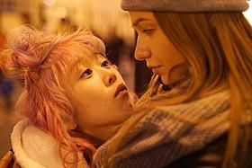 主演する宮島沙絵とクセーニア・アリストラートワ「カリーナの林檎 チェルノブイリの森」