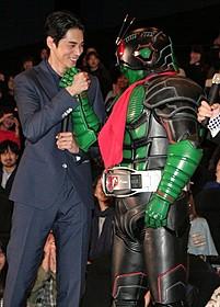 国民的ヒーローと握手を交わした東出昌大「仮面ライダー1号」