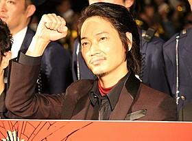 観客の写真撮影に応じた綾野剛「日本で一番悪い奴ら」