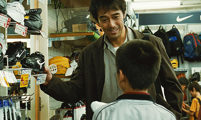 「海よりもまだ深く」本編映像公開 阿部寛演じるダメ親父が息子へ必死のプレゼント大作戦