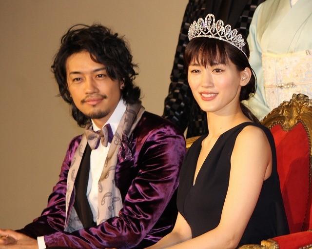 綾瀬はるか&斎藤工、3億円ティアラ試着にド緊張「輝きの重みがある」