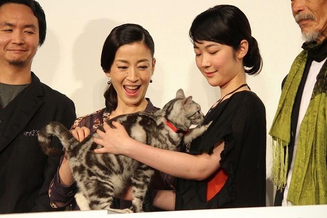 宮沢りえ&黒木華、もふもふネコをナデナデ「想像を超える名演技」