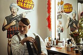 楽屋でも相好を崩さない「帰ってきたヒトラー」