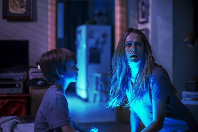 消灯すると現れる…動画サイトで恐怖広めた短編を映画化「ライト オフ」8月27日公開