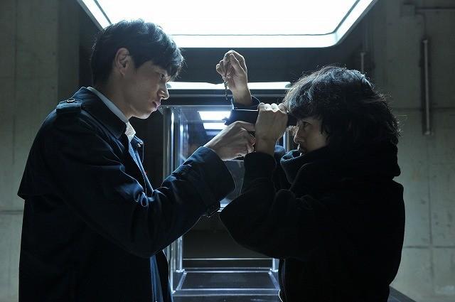 東出昌大&池松壮亮、銃口を向け合う…「デスノート」衝撃場面カット公開