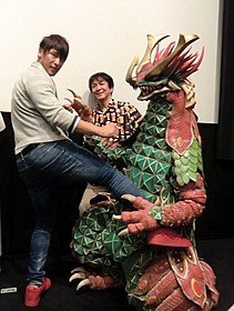 「大怪獣モノ」に蹴りを 入れる飯伏幸太(左)と河崎実監督「大怪獣モノ」