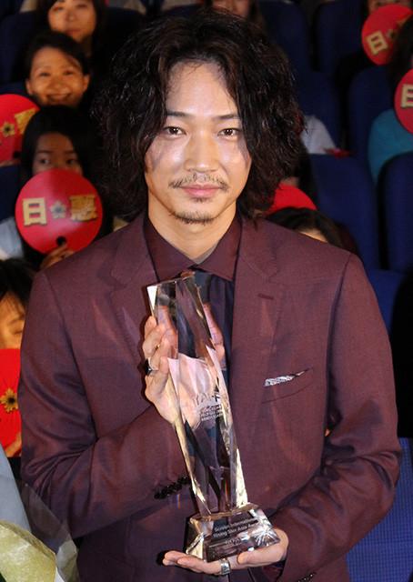 綾野剛、NYの映画祭で受賞し凱旋「エンタテインメントの底上げできたかな」