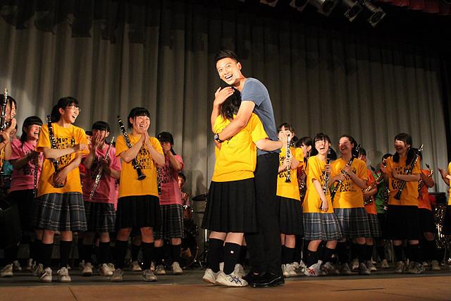 竹内涼真「青空エール」モデルの高校をサプライズ訪問 吹奏楽部員の女子生徒をハグ