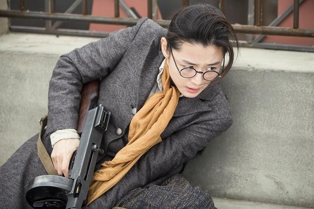 """""""猟奇的な""""チョン・ジヒョンが機関銃を乱射!「暗殺」本編映像披露"""