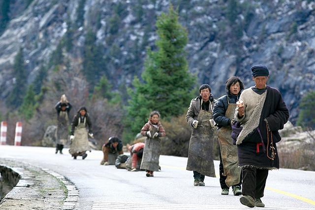 """世界初のチベット巡礼映画「ラサへの歩き方」""""五体投地""""で聖地へ向かう映像公開"""