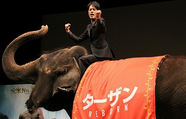 浦ちゃんからターザンへ!桐谷健太、ゾウに乗って雄たけび