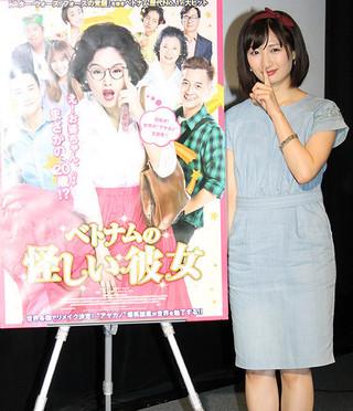 ポスターと同じポーズをとる武田梨奈「怪しい彼女」