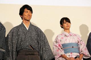舞台挨拶に立った佐々木蔵之介と深田恭子「超高速!参勤交代」