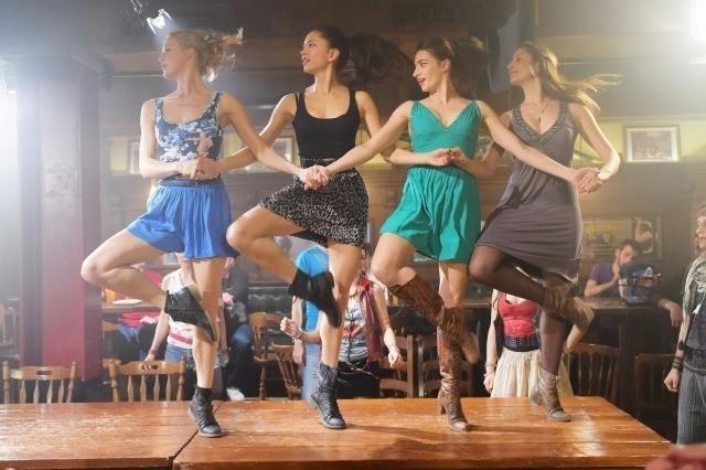 奔放なダンサーに扮した ソノヤ・ミズノ(写真左から2人目)